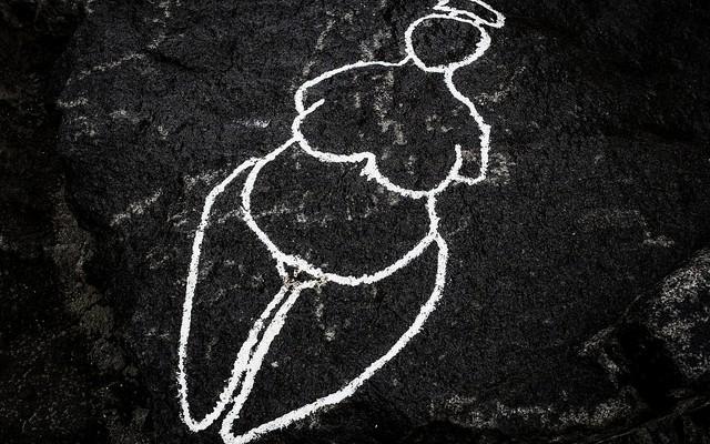 kvinde på sten